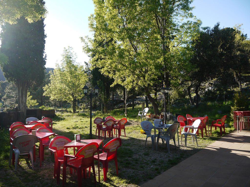 Restaurante la Fresnedilla con terraza al aire libre.